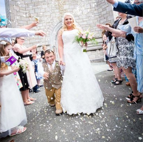 Love knows no bounds – 3ft 7ins groom took his own step-ladder to the church so that he could kiss the 5ft 7ins bride